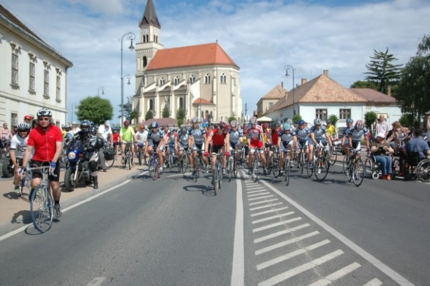 Május 25-én, szombaton újra bringázással segítik a beteg embereket Móron, a Móri Karika jótékonysági kerékpártúrán.